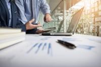 doradca-biznesowy-analizujacy-dane-finansowe-oznaczajace-postepy-w-pracy-firmy_1423-97